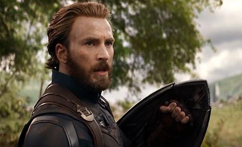 Captain America xuất hiện với diện mạokhác lạ trong Avengers: Infinity War. Anh vẫn đang sống ngoài vòng pháp luậtsau cuộc nội chiến trong Captain America: Civil War.
