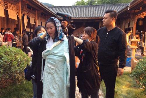 Nữ diễn viên được các trợ lý