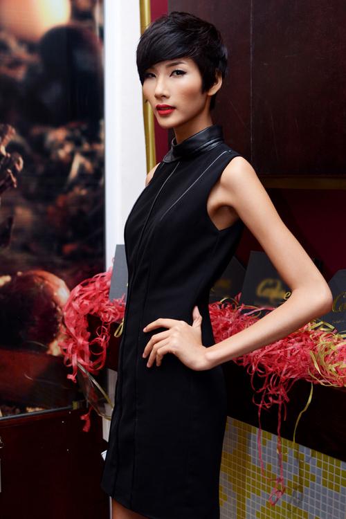 """<p class=""""Normal""""> Năm 2012, Hoàng Thùy trung thành với mái tóc tém, tôn gương mặt góc cạnh với cấu trúc xương gò má cao - điều mà nhiều chuyên gia làng mốt quốc tế yêu thích.</p>"""