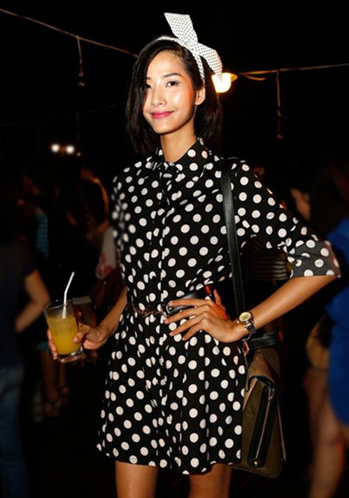 """<p class=""""Normal""""> Năm 2013, chân dài để tóc bob, chưa định hình phong cách thời trang. Cô thường chọn váy áo đơn giản mang dáng dấp công sở hoặc những bộ đầm cocktail tối giản. Cô cũng cố gắng tăng cân vì nhiều khán giả chê quá gầy.</p>"""