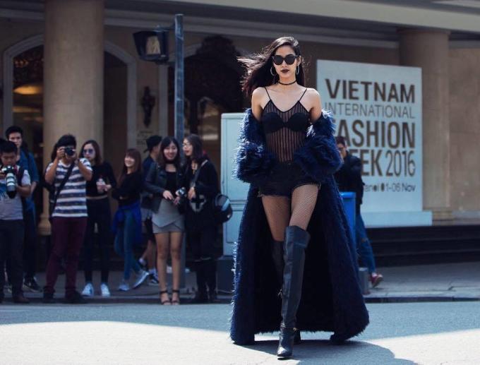 """<p class=""""Normal""""> Năm 2016, Hoàng Thùy gây ấn tượng mạnh với phong cách táo bạo. Nhờ sự trợ giúp của stylist, chân dài liên tục xuất hiện với những bộ cánh được phối thời thượng, sành điệu theo xu hướng hot nhất trên thế giới. Trong hình, cô khoe nội y với bodysuit xuyên thấu trên đường phố.</p>"""