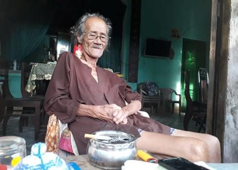 Nhà thơ Trần Vàng Sao ở tại nhà riêng trước lúc qua đời. Ảnh: Ngọc Minh.