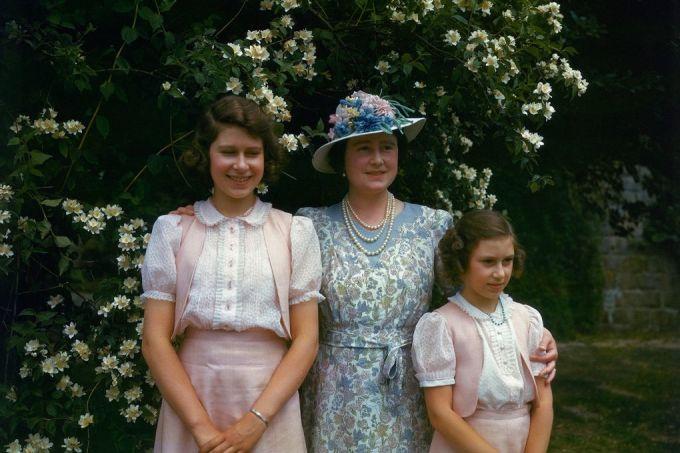 <p> Hình ảnh công chúa Elizabeth (trái) năm 1941 khi 15 tuổi.</p>