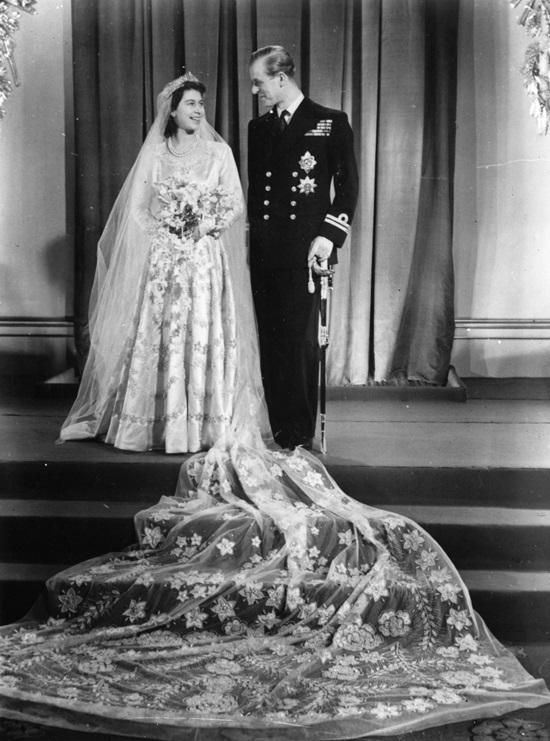"""<p class=""""Normal""""> Tháng 11/1947, Elizabeth kết hôn với Philip Mountbatten. Bộ váy cưới bằng lụa màu kem do Norman Hartnell thiết kế dựa trên cảm hứng từ bức vẽ """"Primavera"""" của Botticelli. Đây là một trong những bộ váy cưới biểu tượng trong lịch sử thời trang.</p>"""