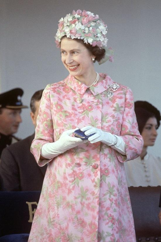 """<p class=""""Normal""""> Năm 1967, trong chuyến thăm ở Malta, nữ hoàng diện váy hoa của Hardy Amies, phối mũ hoa, găng tay trắng và vòng ngọc trai.</p>"""