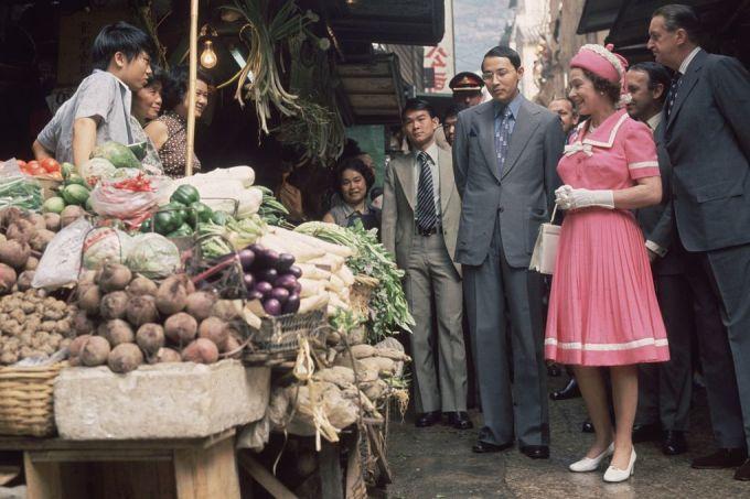 """<p class=""""Normal""""> Năm 1975, nữ hoàng trẻ trung trong bộ váy hồng xếp ly đồng điệu với mũ. Bà thích dùng găng tay và những trang phục che kín vai.</p>"""
