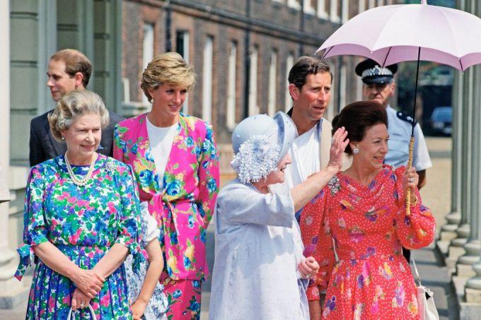 """<p class=""""Normal""""> Năm 1990, nữ hoàng (trái) xuất hiện với trang phục hoa sặc sỡ. Đây là một trong những lần hiếm hoi bà chọn họa tiết màu nổi.</p>"""