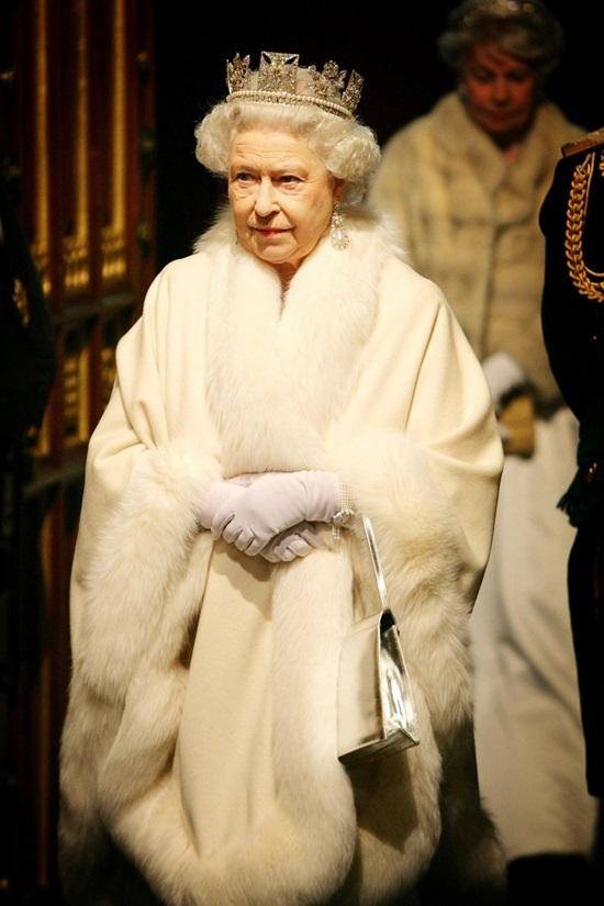 """<p class=""""Normal""""> Áo khoác lông trắng muốt cùng chiếc vương miện giúp bà trở nên sang trọng trong sự kiện năm 2008. Túi xách ánh kim đơn giản cũng góp phần giúp hình ảnh thêm thời thượng.</p>"""