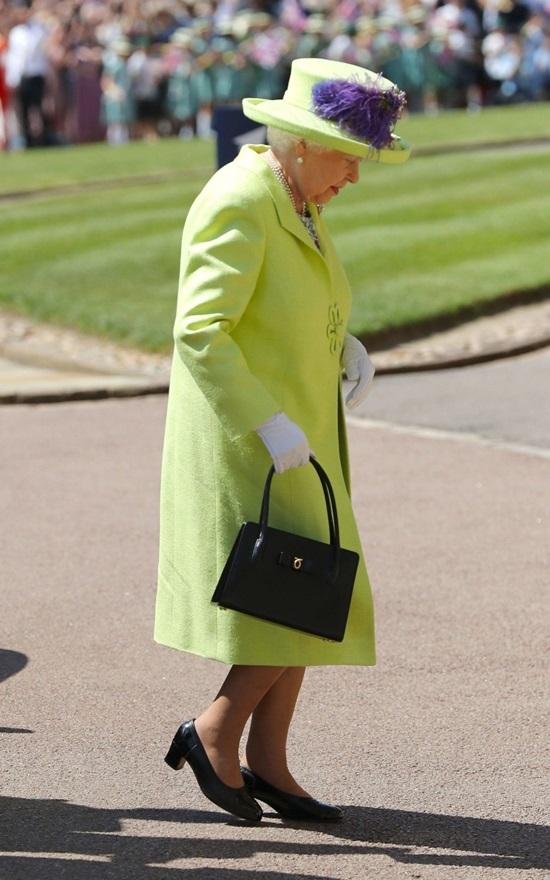 """<p class=""""Normal""""> Xuất hiện trong <a href=""""https://giaitri.vnexpress.net/tin-tuc/thoi-trang/lang-mot/meghan-markle-mac-vay-givenchy-doi-vuong-mien-hoang-hau-trong-le-cuoi-3751897.html"""">đám cưới</a> của cháu trai - Hoàng tử Harry - hôm 19/5, bà chọn áo dáng váy xanh nõn chuối, đội mũ cùng màu và nhấn bằng bông hoa màu tím. Theo Công nương Sophie (con dâu của Nữ hoàng), nữ hoàng Elizabeth II luôn cần nổi bật trước đám đông để tất cả người dân đứng ở xa đều trông thấy dù chỉ là thoáng qua. Trải qua nhiều thập niên, phong cách của nữ hoàng Elizabeth II là kim chỉ nam cho hình ảnh của hoàng tộc Anh. Với những thiết kế cơ bản, tối giản, không lỗi thời, bà từng bước chinh phục và định hướng quy tắc mặc khắt khe cho hoàng gia.</p>"""