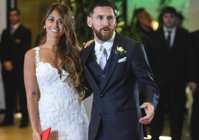 <p> Antonella Roccuzzo và cầu thủ đội Argentina - Lionel Messi - làm đám cưới tháng 6/2017, khi đã có hai con. Năm nay, họ đón con trai thứ ba chào đời. Antonella Roccuzzo quen Lionel Messi khi cả hai còn bé. Người đẹp sinh năm 1988 ký hợp đồng người mẫu với thương hiệu thời trang Ricky Sarkany của Argentina năm 2016.</p>