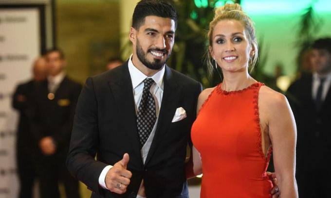 <p> Sofia Balbi và cầu thủ đội Uruguay - Luis Suarez - gặp nhau từ khi còn nhỏ. Họ đã kết hôn và có hai con. Luis Suarez luôn nói thành công của anh hiện tại là nhờ vợ luôn động viên anh tới châu Âu phát triển sự nghiệp và theo đuổi câu lạc bộ Barcelona.</p>