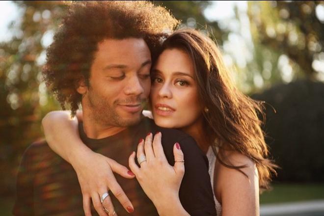<p> Diễn viên Brazil - Clarice Alves - nổi tiếng sau khi làm đám cưới với tuyển thủ Marcelo Vieira. Họ gặp nhau năm 15 tuổi và kết hôn khi mới 19 tuổi. Tháng 9/2009, cặp sao đón con trai đầu lòng.</p>