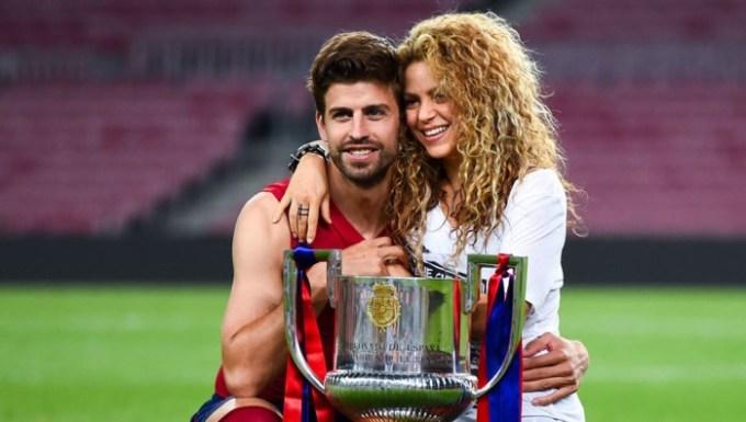 <p> Ca sĩ Shakira hẹn hò cầu thủ Gerard Pique của đội Tây Ban Nha từ năm 2011. Cặp sao gặp nhau lần đầu năm 2010 khi cùng quay video ca khúc<em> Waka Waka </em>- bài hát chính thức của World Cup 2010. Ca sĩ Colombia và bạn trai đón hai con trai chào đời năm 2013 và 2015.</p>