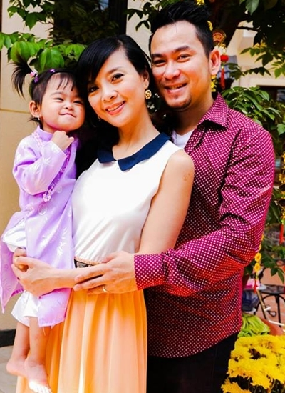 Hồng Loan bên chồng và con gái.