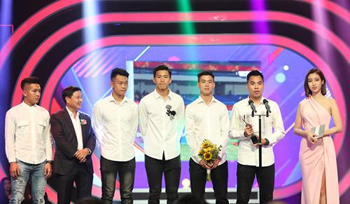 Hoa hậu Đỗ Mỹ Linh (phải) và ôngNguyễn Thành Lương - Phó Tổng Giám đốc Đài THVN (thứ hai từ trái sang) trao cúp lưu niệm cho các cầu thủ U23 Việt Nam.