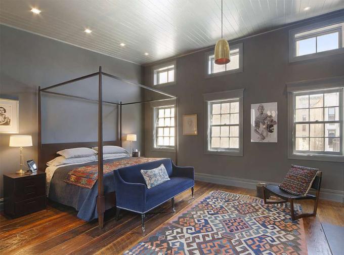 <p> Phòng ngủ chính được sử dụng tông xanh xám và có nhiều cửa sổ đón ánh sáng.</p>