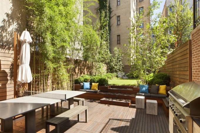 <p> Khu vực ngoài trời của ngôi nhà lý tưởng cho những buổi họp gia đình và bạn bè.</p>