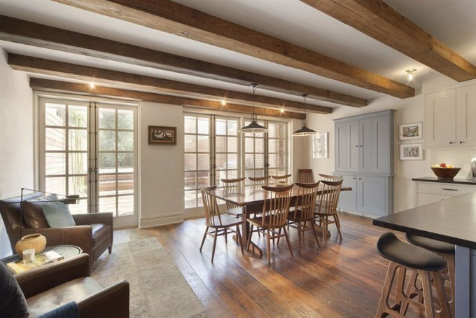 <p> Ngôi nhà rộng 370 mét vuông gồm sáu phòng ngủ, bốn phòng tắm.</p>