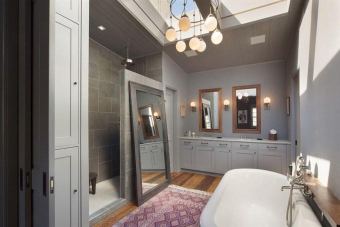 <p> Phòng tắm chính với bồn rộng, phía trên là giếng trời.</p>