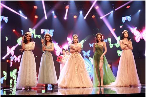 Tham gia đêm hội của những bộ móng cònngười mẫu Khánh Ngọc (giữa) cùng nhiều chuyên nghiệp khác.
