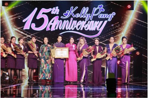 Tại đêm tiệc, Kelly Pang còn được nhận bằng khen của của Thủ tướng vìnhững đóng góp đặc biệt cho xã hội về công tác đào tạo và giải quyết việc làm cho phụ nữ.