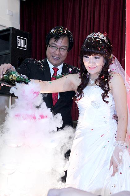NSƯT Trọng Trinh và vợ trong đám cưới hồi năm 2011.