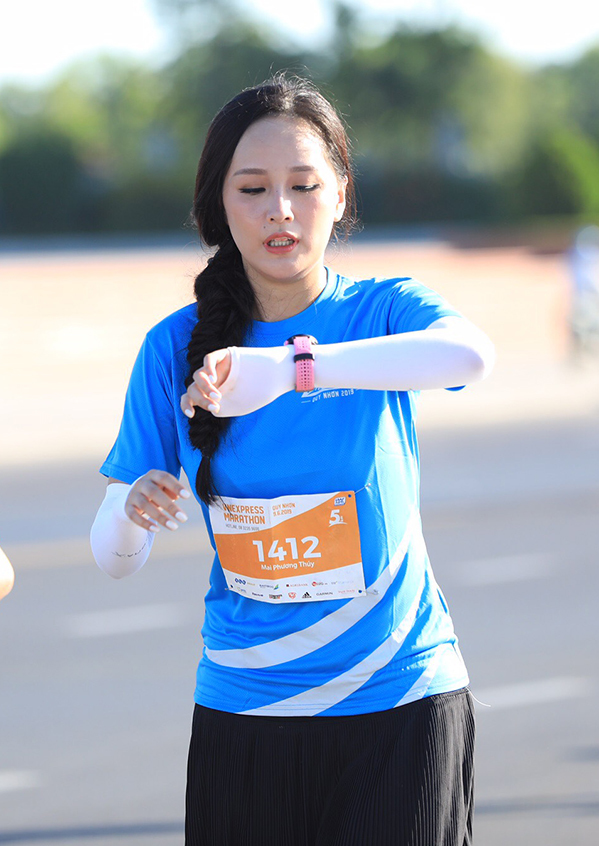 <p> Mai Phương Thúy dậy từ sáng sớm để chuẩn bị cho giải chạy. Cô xuất phát lúc 6h30 ở cự ly 5 km.</p>