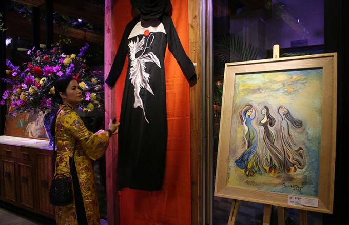 Áo dài của nhà thiết kếNga Cocoon trưng bày tại triển lãm. Ảnh: Hoàng Huế.