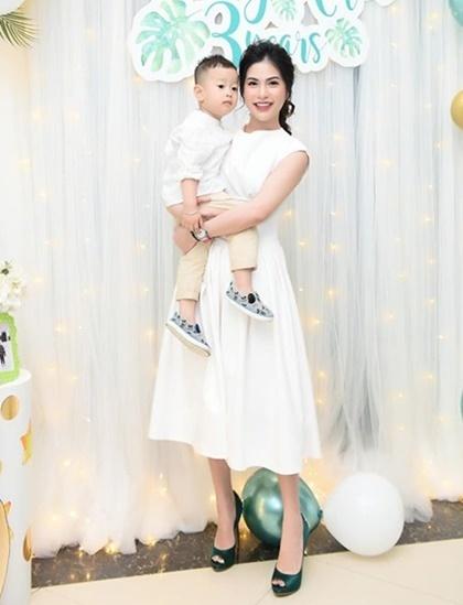 Hương Trần cho biết, cô và Việt Anh thường xuyên trao đổi về việc nuôi dạy con cái.  Ảnh: Facebook.