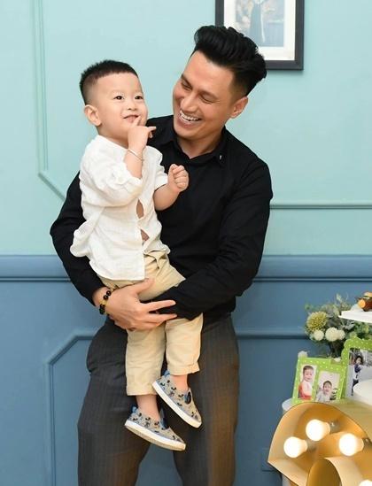 Việt Anh và con trai trong tiệc sinh nhật.  Ảnh: Facebook.