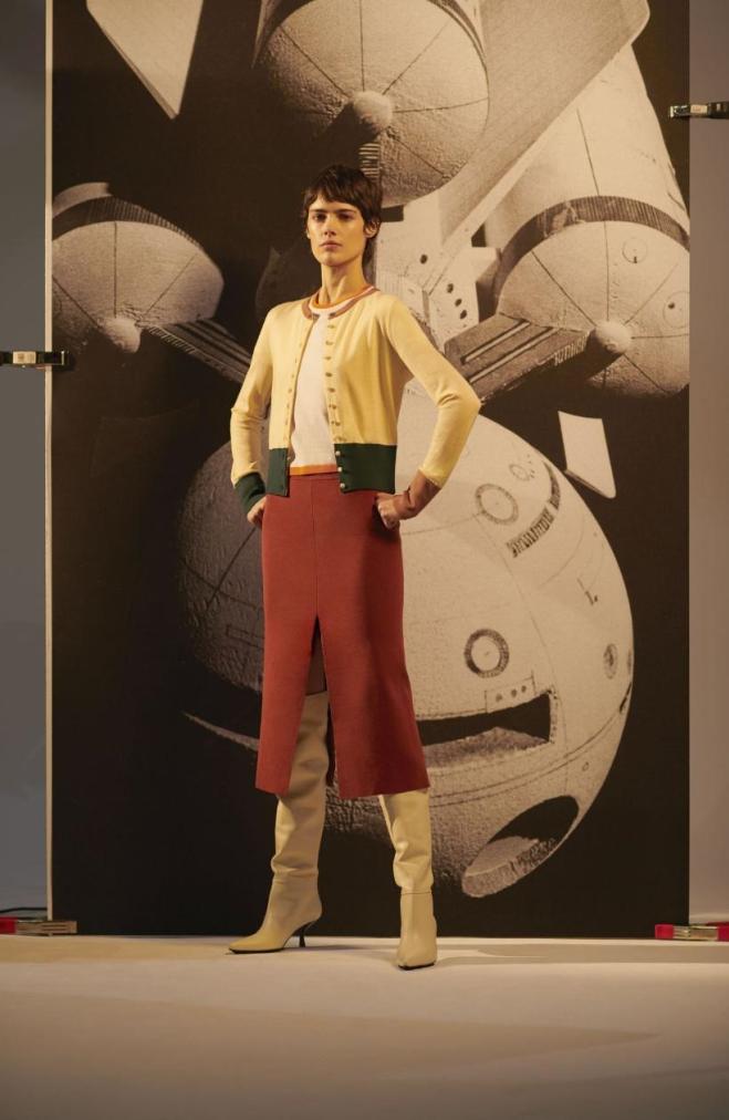 Libby Page, biên tập viên thị trường thời trang cao cấp tại Net-A-Porte, đánh giá xu hướng tối giản thập niên 1990 chưa có dấu hiệu hạ nhiệt, khi các nhà mốt liên tục giới thiệu BST giao mùa trước thu (Pre-fall) cho đến xuân 2020. Trong đó, các bộ cánh đan len tại Khaite, The Row, và Ioannes đến đồ ôm (cả áo len cao cổ hình gân và quần tất đen) được nhiều người ưa chuộng. Trong ảnh là thiết kế trong BST No.4 Switching Planet, Changing Ship của Ply-Knits. Nguồn: Ply-Knit.