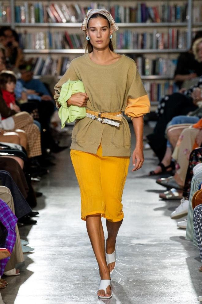Những chiếc ví cầm tay này thường được tín đồ ưa chuộng vào buổi tối, có nhiều phong cách, từ dáng mềm đến dáng đứng. Các loại vải và màu sắc bắt mắt, các nhà thiết kế giúp mẫu clutch có diện mạo mới, phù hợp mang ban ngày, trong đó có thiết kế của hãng Rejina Pyo. Ảnh: Vogue.