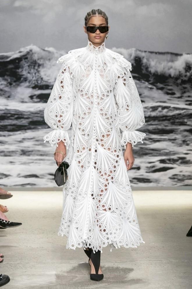 Kiểu dáng váy xòe (prairie dress) mang đến cảm giác nữ tính, mềm mại. Shannon Schafer - Giám đốc thời trang cao cấp của Nordstrom - cho biết: Chúng có nhiều thế mạnh mùa này. Chân dung nhã nhặn của chiếc váy cung cấp độ phồng gợi cảm và thoải mái, độ dài ngang mắt cá, cổ cao và cánh tay dài. Thiết kế trong BST thời trang ứng dụng mùa xuân 2020 của Zimmerman cháy hàng ngay khi lên kệ. Ảnh: Vogue.