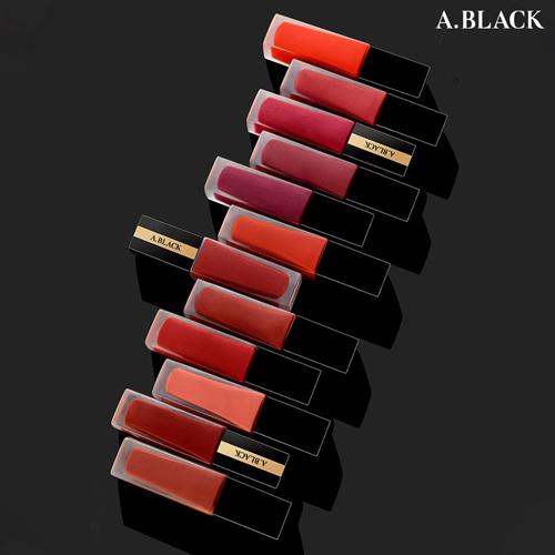 Dòng son tint A.Black được thiết kế với vỏ ngoài đen cùng các line tôn đỏ trầm tạo nét đẳng cấp. Các tông màu đều được hãng nghiên cứu tỉ mỉ, bắt kịp xu hướng trang điểm hiện nay. Màu sắc được đánh giá là rõ nét sáng da và độ bám lì, mềm mại không bị khô môi.