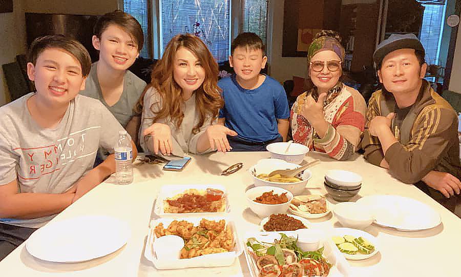 Bằng Kiều khoe bữa cơm gia đình bên mẹ, vợ cũ và ba con. Ảnh: Bằng Kiều Nguyễn.