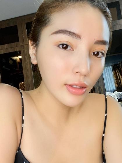 Kỳ Duyên cho biết cô thực hiện các bước dưỡng da đầy đủ hơn trong những ngày ở nhà tránh dịch. Cô sử dụng serum vitamin C, nước khoáng, son dưỡng môi không màu... để có làn da khỏe đẹp.