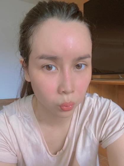 Lưu Hương Giang chụp ảnh với gương mặt đẫm mồ hôi sau khi vừa tập gym tại nhà.