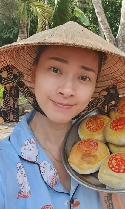 Ở tuổi 41, Ngô Thanh Vân vẫn được khán giả khen trẻ trung dù không trang điểm. Cô khoe mâm bánh pía, đặc sản miền Tây quê mình.