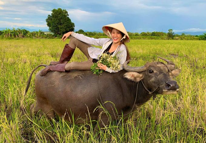 Hương Ly - quán quân Vietnams Next Top Model 2015 - thích thú khi trở lại với công việc đồng áng ở