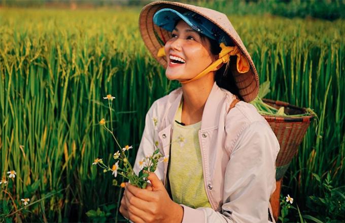 Một tháng qua, HHen Niê sống tại quê nhà - buôn Sứt MĐưng, huyện Cư Mgar, Đăk Lăk. Mỗi ngày, cô dậy từ 5h sáng, lên rẫy hái đọt bí, trèo cây hái điều, thu hoạch xà lách. Trên Youtube cá nhân, cô khoe các món tự làm như thịt kho trứng, canh sườn... Cô cũng tự rang và pha chế cà phê nhà trồng. Hoa hậu cho biết thời gian tránh dịch giúp cô gần gũi người thân hơn, trở về với công việc đồng áng thuở nhỏ.