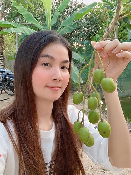 Diễn viên Kha Ly cùng chồng diễn viên Thanh Duy - về quê cô ở An Giang tránh dịch. Vợ chồng cô tận hưởng cuộc sống điền viên. Cách ly ở một nơi bình yên như thế này cũng hay, muốn ăn chuối, cóc, xoài đều có, của nhà trồng, gió thổi mát, cô cho biết.