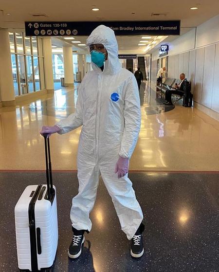 Naomi Campbell là một trong những nghệ sĩ có ý thức phòng dịch cao. Cô mặc đồ bảo hộ, đeo khẩu trang, khử khuẩn đầy đủ khi bay từ Los Angeles về sân bay John F. Kennedy (New York), trước khi bang này bắt đầu lệnh giãn cách xã hội từ ngày 16/3. Thói quen đeo khẩu trang và vệ sinh vật dụng công cộng hình thành trong thời gian siêu mẫu 49 tuổi hoạt động ở Nhật Bản.