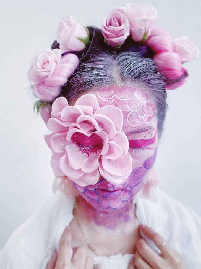 Hoa vẫn nở thật đẹp, những ngày hè sắp đến, hãy tin tưởng chúng ta rồi sẽ chiến thắng, make-up artist Myka Nguyễn diễn giải tác phẩm của mình.