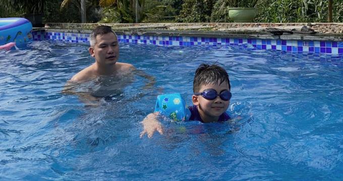 Gia đình Jennifer Phạm bơi lội để thư giãn, giảm nhiệt khi thời tiết nóng bức.