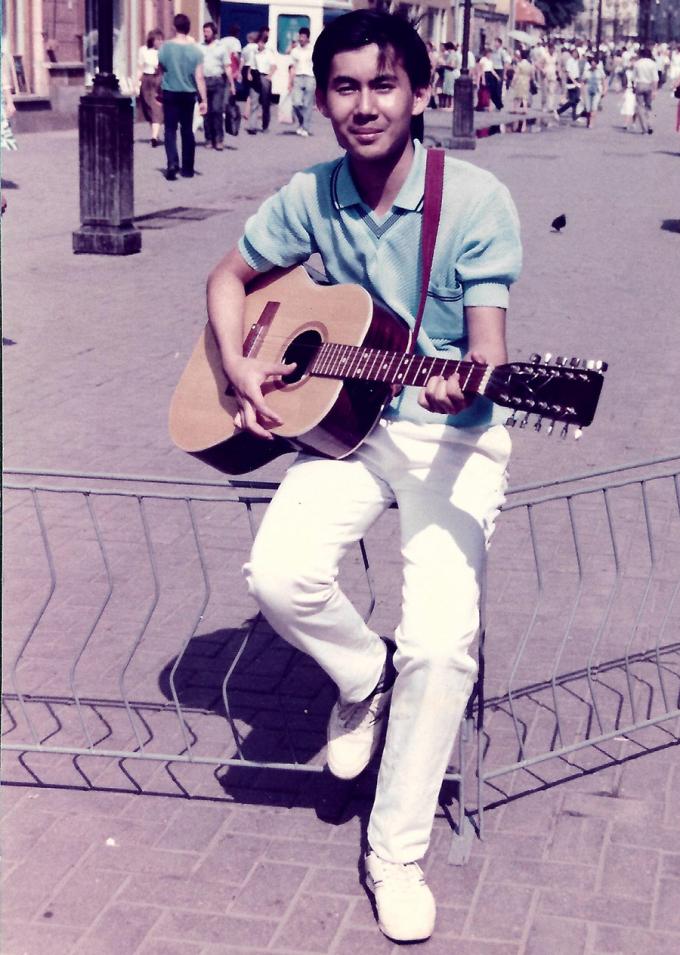 Ca sĩ Đoan Trường chia sẻ bức ảnh anh thuở 20 tuổi trong chuyến đi chơi ở Nga.