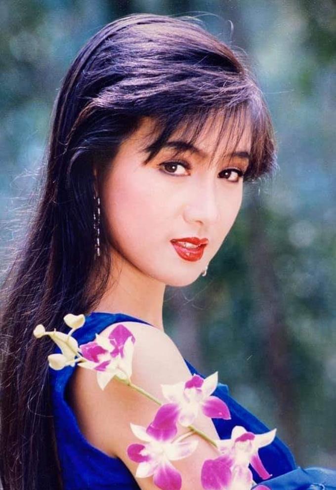 Diễn viên Hiền Mai đăng ảnh lúc mới đóng phim. Chị  được hâm mộ với nét đẹp thanh tao, vóc dáng cân đối. Trên các tờ lịch, chị thường mặc váy dạ hội, để tóc mái thưa, xõa quá vai - kiểu tóc được ưa chuộng thời bấy giờ.