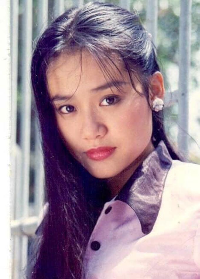 Diễn viên Hồng Ảnh cho biết cô được đạo diễn Lê Văn Duy gừi bức ảnh thời cô khoảng 20 tuổi. Cô thấy thích thú nên đăng trên trang cá nhân. Nhiều đồng nghiệp như: nghệ sĩ Hữu Châu, Mỹ Uyên khen chị dễ thương.