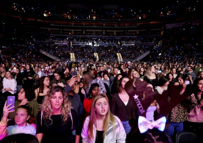 Người dân Mỹ tham dự một buổi diễn trước lệnh cách ly xã hội. Ảnh: Reuters.