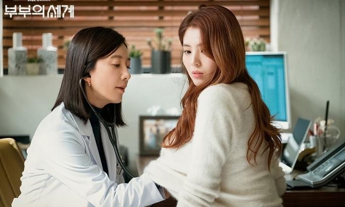 Cảnh Kim Hee Ae - đóng người vợ bị phản bội - khám bệnh cho người tình của chồng trong Thế giới hôn nhân. Ảnh: JTBC.