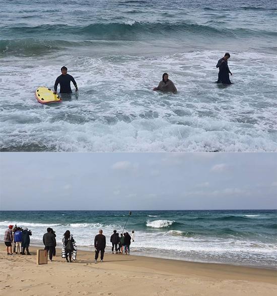 Hậu trường Kim Hee Ae,Lee Moo Saeng đóng phim ở biển. Ảnh: JTBC.
